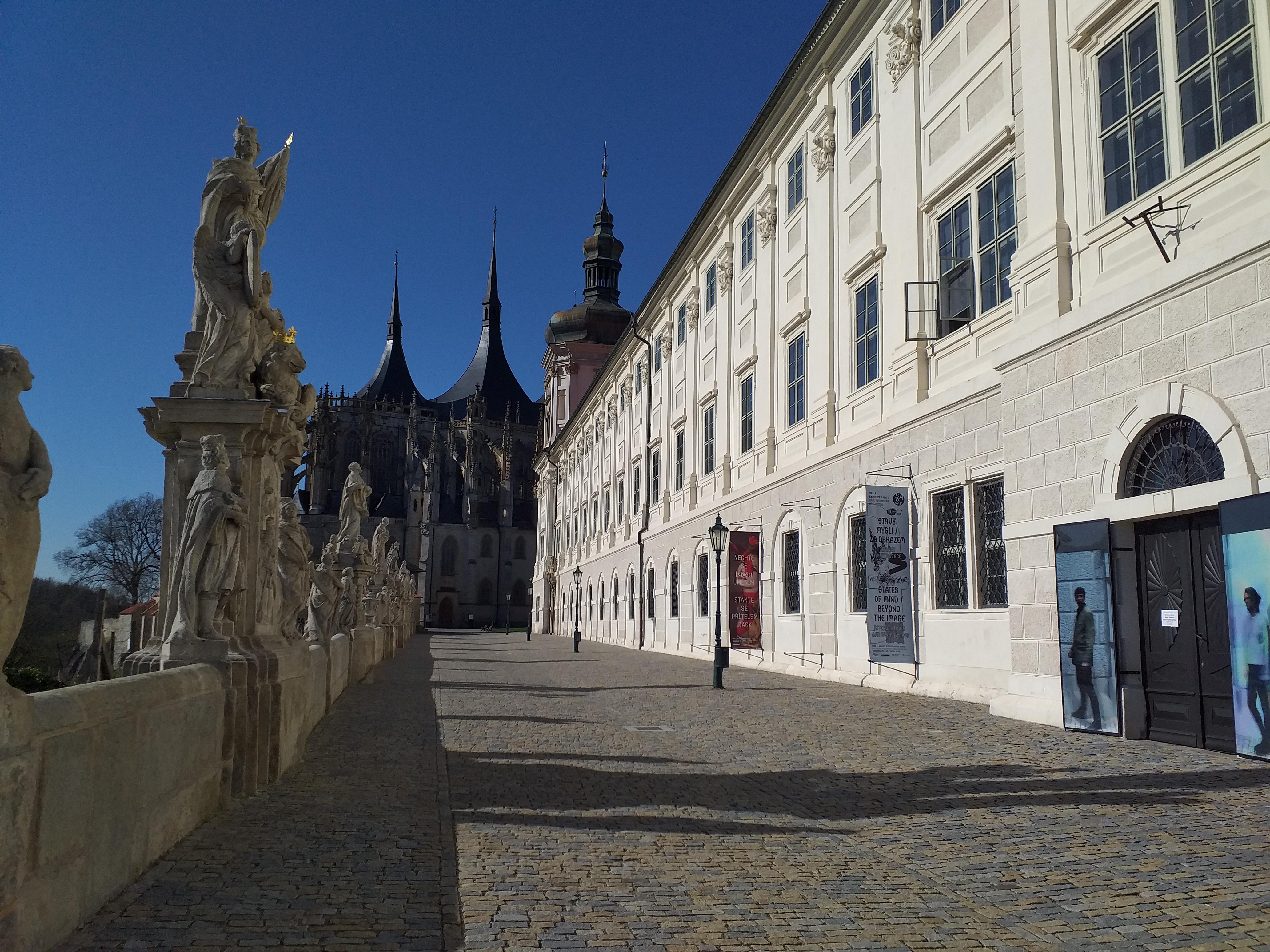 20414-chram-sv-barbory-a-jezuitska-kolej-st-barbara-s-cathedral-and-jesuit-college-3.jpg